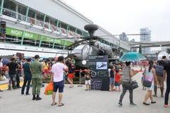 Besökare som undersöker Apachen på det öppna huset 2017 för armé i Singapore Arkivfoton