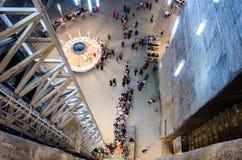Besökare som väntar hissen i den salta minen Turda, Cluj, Rumänien Arkivbilder