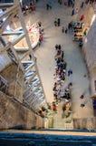 Besökare som väntar hissen i den salta minen Turda, Cluj, Rumänien Royaltyfria Foton