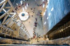 Besökare som väntar hissen i den salta minen Turda, Cluj, Rumänien Fotografering för Bildbyråer