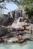 Besökare tar en mineralvatten - bada på I - tillgriper, Nha Trang, Vietnam Royaltyfri Foto