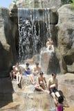 Besökare tar en mineralvatten - bada på I - tillgriper, Nha Trang, Vietnam Arkivbild