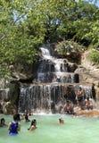 Besökare tar en mineralvatten - bada på I - tillgriper, Nha Trang, Vietnam Arkivfoton