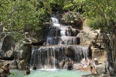 Besökare tar en mineralvatten - bada på I - tillgriper, Nha Trang, Vietnam Arkivbilder