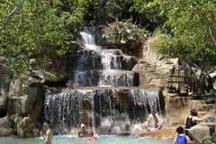 Besökare tar en mineralvatten - bada på I - tillgriper, Nha Trang, Vietnam Royaltyfria Bilder