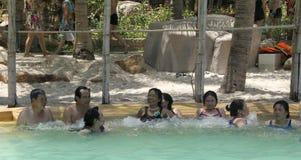 Besökare tar en mineralvatten - bada på I - tillgriper, Nha Trang, Vietnam Royaltyfria Foton