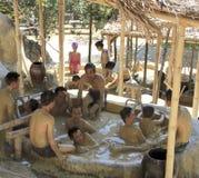 Besökare tar ett gyttjebad och har gyckel på I - tillgripa, Nha Trang, Vietnam Fotografering för Bildbyråer
