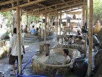 Besökare tar ett gyttjebad och har gyckel på I - tillgripa, Nha Trang, Vietnam Royaltyfri Foto