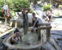Besökare tar ett gyttjebad och har gyckel på I - tillgripa, Nha Trang, Vietnam Arkivfoton