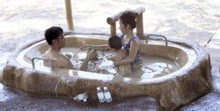 Besökare tar ett gyttjebad och har gyckel på I - tillgripa, Nha Trang, Vietnam Royaltyfri Bild