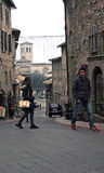 Besökare till Assisi går de branta gatorna Arkivfoton