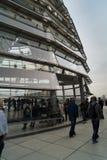 Besökare till kupolen på Bundestagen Arkivbilder