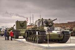 Besökare till museet av militär utrustning Royaltyfria Foton