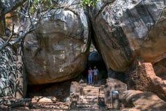 Besökare till Sigiriya vaggar i Sri Lanka går till och med stenblockbågen nummer ett Royaltyfri Foto