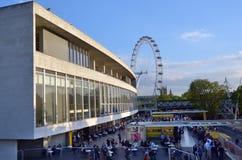 Besökare utanför den kungliga festivalen Hall in med det London ögat i t Royaltyfri Foto