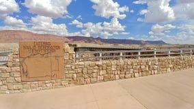 Besökaremitt på Navajobron på huvudvägen 89A Arizona royaltyfria bilder
