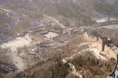 Besökares mitt längs den stora väggen av Kina utanför Peking Arkivbild