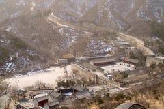 Besökares mitt på grunden av den stora väggen av Kina Royaltyfri Fotografi