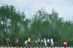 Besökares reflexion i vattnet royaltyfria bilder