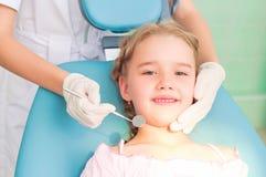Besöker besöka tandläkare för flicka, tandläkaren Arkivbilder