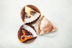 Bes en fruit eigengemaakte pastei met gelei en room op een witte achtergrond stock foto's