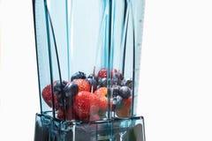 Bes smoothie Ingrediënten voor bes smoothie in mixer met royalty-vrije stock foto's