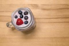 Bes smoothie met aardbei en bosbessen in een metselaarkruik  stock foto's