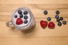 Bes smoothie met aardbei en bosbessen in een metselaarkruik stock afbeeldingen