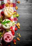 Bes smoothie met munt en noten royalty-vrije stock foto's