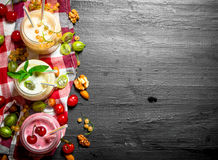 Bes smoothie met munt en noten stock fotografie