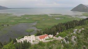 Besacvesting die Skadar-meer in Virpazar, Montenegro overzien stock videobeelden
