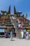 Besakih,巴厘岛/印度尼西亚村庄-大约2015年10月:人们去祈祷在Pura Besakih寺庙 免版税库存图片
