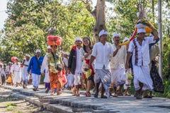 Besakih,巴厘岛/印度尼西亚村庄-大约2015年10月:人们走向在Pura Besakih寺庙的节日仪式 免版税库存照片