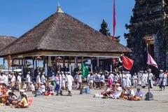 Besakih,巴厘岛/印度尼西亚村庄-大约2015年10月:祈祷在Pura Besakih巴厘语寺庙的人们 库存图片