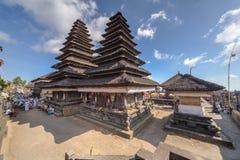 Besakih,巴厘岛/印度尼西亚村庄-大约2015年10月:Pura Besakih巴厘语寺庙木塔屋顶  免版税库存图片