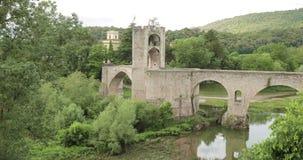 Besalu, Girona, Καταλωνία, Ισπανία Διάσημη γέφυρα Besalu ορόσημων παλαιά μεσαιωνική Romanesque πέρα από τον ποταμό Fluvia σε νεφε απόθεμα βίντεο