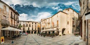 Besalu, Girona, España Viejo cuadrado o Placa De La Llibertat In Sunny Summer Day de la libertad fotos de archivo