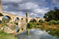 Besalu wioski średniowieczny krajobraz zdjęcia stock