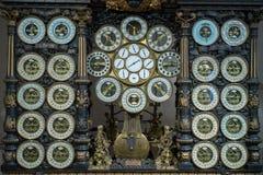 BESANCONS, FRANCE/EUROPE - 13 DE SEPTIEMBRE: Reloj astronómico en C imagen de archivo libre de regalías