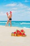 Besando pares en los sombreros de santa en el mar vare Fotografía de archivo libre de regalías