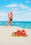 Besando pares en los sombreros de santa en el mar vare Imagen de archivo libre de regalías