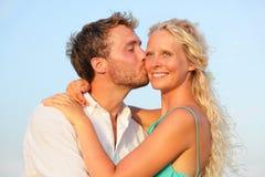 Besando pares románticos en la sonrisa del amor feliz Fotografía de archivo