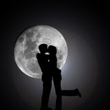 Besar a amantes por noche con la luna Fotografía de archivo
