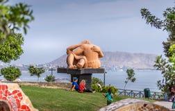 Besar la escultura en parque del amor en Lima imagenes de archivo