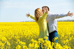 Besar pares en amor Son sonrientes y de miradas de cada uno más allá del horizonte Imagenes de archivo