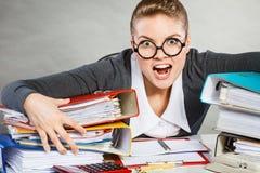 Besatt kvinnlig kontorist på arbete royaltyfria bilder