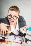 Besatt kvinnlig kontorist på arbete royaltyfri bild