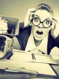 Besatt kvinnlig kontorist på arbete royaltyfri foto