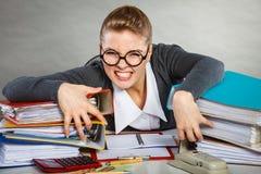 Besatt kvinnlig kontorist på arbete royaltyfria foton
