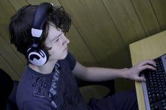 Besatt tonåring för dator Fotografering för Bildbyråer